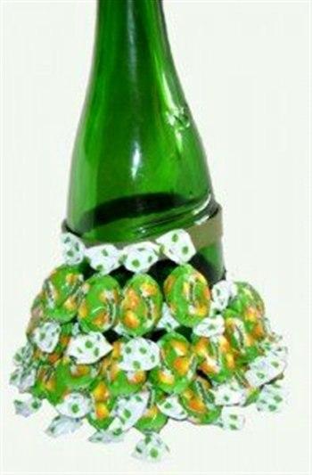 Как сделать елочку из конфет своими руками на бутылку шампанского